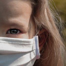 Photo d'une enfant masquée