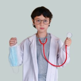 photo d'enfant déguisé en médecin